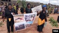 Manifestation de femmes protestant contre les atrocités commises dans le conflit entre forces gouvernementales et séparatistes, Bamenda, Cameroun, le 7 septembre 2018. (M.E. Kindzeka/VOA)