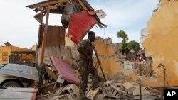 9일 공격으로 외벽이 무너진 소말리아 모가디슈 교통경찰본부 앞에서 한 군인이 경계근무를 서고 있다.