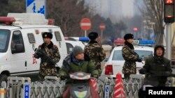 27일 중국 베이징 쇼핑 중심가에서 무장한 공안들이 경계근무를 서고 있다. 중국 전국인민대표대회는 27일 만장일치로 반테러법을 의결했다.
