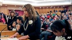 El condado aprobó cumplir con las solicitudes de detención prolongada de inmigrantes, en apoyo a la medida ejecutiva del presidente de EE.UU.