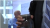 Un hombre trae una muestra del agua contaminada de la costa del golfo a una reunión con senadores en Washington.