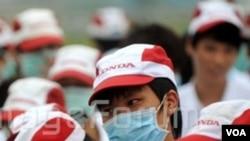 Para pekerja Honda di Foshan, provinsi Guangdong, pada aksi mogok yang sama bulan lalu.