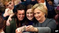 힐러리 클린턴 미 민주당 대선 후보가 29일 버지니아주 노폭에서 열린 유세장에서 지지자들과 스마트폰 사진을 찍고 있다.