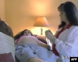 凯伦.克莱默接受助产士的检查