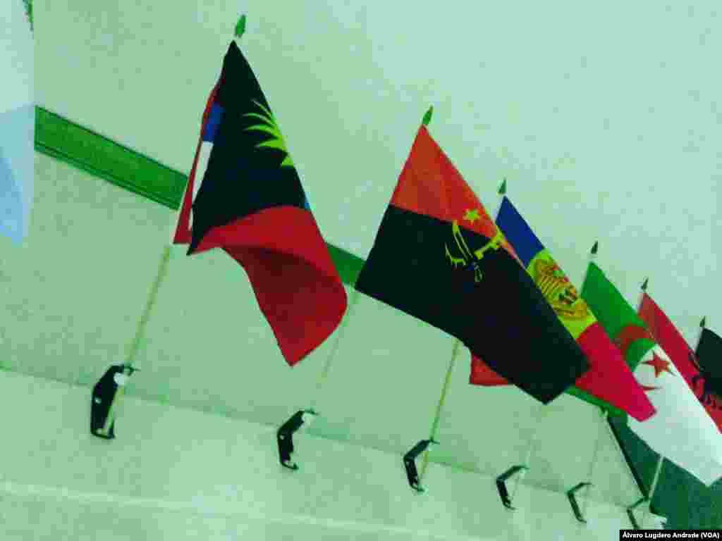 Bandeira Angola no corredor da Voz da América em Washington