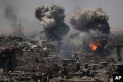 이라크 정부의 승전 선언 다음날인 11일 모술 '올드시티' 외곽에서 수니파 무장단체 ISIL 거점 공습이 진행되고 있다.