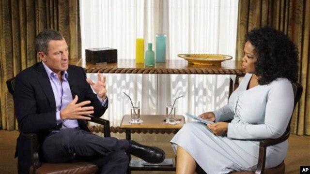 Người dẫn chương trình Oprah Winfrey và tay đua xe đạp Lance Armstrong trong 1 buổi ghi hình ở Austin, Texas, 14/1/2013