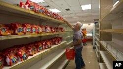 委內瑞拉首都加拉加斯一家超市的貨架上除餅乾外空空如也(2018年3月23日)