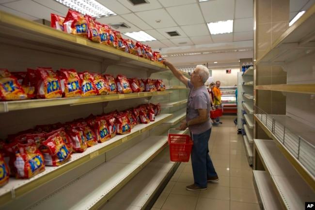 委内瑞拉首都加拉加斯一家超市的货架上除饼干外空空如也(2018年3月23日)
