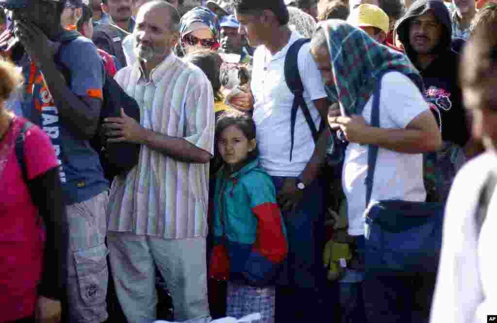 Người di cư xếp hàng chờ lên xe buýt gần biên giới Serbia-Hungary, ngày 9/9/2015.