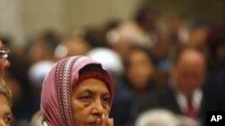 朝圣的基督徒圣诞夜在圣诞教堂祈祷