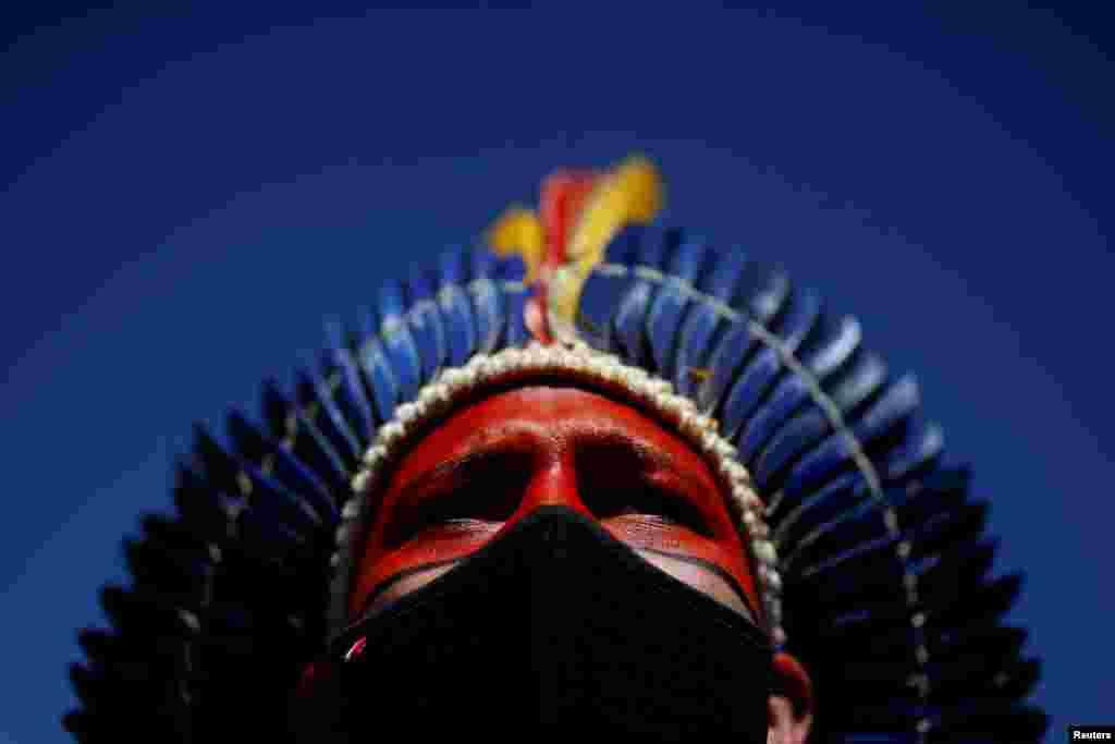 Davi Tupinikuin iz plemena Tupinikuin gleda tokom protesta zbog politike demarkacije zemljišta vlade predsednika Jaira Bolsonara. 29. juni, 2021. ( Foto: Adrijano Mačado / Rojters )