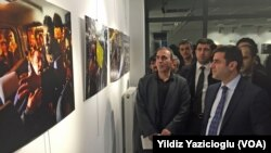 Çağdaş Gazeteciler Derneği'nin (ÇGD) düzenlediği Ankara Toplumsal Olaylar 2014 Fotoğraf Sergisi'ni gezen HDP Eş Başkanı Selahattin Demirtaş