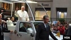 Đức Giáo Hoàng Phanxicô vẫy chào người dân ở thành phố New York ngày 24/9/2015.