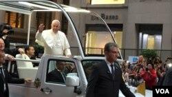 Pope Francis, who preaches against consumerism, rides down New York City's posh Fifth Avenue, Sept. 24, 2015. (VOA / C. Presutti)