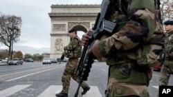16일 프랑스 파리 개선문 앞을 무장 군인들이 지나고 있다.