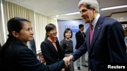 Ngoại trưởng Mỹ John Kerry chúc mừng các sinh viên tốt nghiệp Chương trình Giảng dạy Kinh tế Fulbright (FETP) ở TP.HCM ngày 14/12/2013. Ngoại trưởng Kerry và Bí thư Đinh La Thăng đã chính thức tuyên bố thành lập Đại học Fulbright Việt Nam trong khuôn khổ chuyến thăm Việt Nam của Tổng thống Barack Obama.