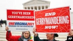 Các nhà hoạt động tại Virginia biểu tình chống sắp xếp gian lận khu vực bầu cử trước Tối cao Pháp viện Mỹ tại Washington, ngày 28/3/2018.