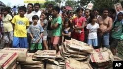 Hàng trăm người dân xếp hàng chờ lấy nước, thực phẩm tại thị trấn Calumpit, tỉnh Bulacan, phía bắc Manila, ngày 10/12/2012.