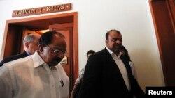 로스탐 카세이 이란 석유상(오른쪽)이 27일 인도 뉴델리에서 비라파 모일리 인도 석유상과 회담했다.
