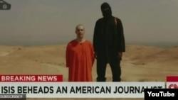 صحنه ای از ویدئوی منتشر شده توسط گروه «دولت اسلامی» که در آن جیمز فولی، خبرنگار آمریکایی، کشته می شود.