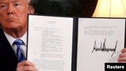 도널드 트럼프 미국 대통령이 지난 5월 백악관 외교접견실에서 이란핵합의(JCPOA) 탈퇴에 공식 서명한 후 이를 들어 보이고 있다.