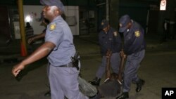 I-Afrobarometer ithi amapholisa amanengi athanda ukufumbathiswa nguzulu (AP Photo/Denis Farrell)