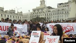 Sedikitnya 50 orang ikut berpartisipasi dalam aksi protes menentang adu banteng di pusat kota Lima, ibukota Peru, dengan bertelanjang dada dan membalur tubuhnya dengan darah bohongan (3/11).