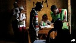 ປະຊາຊົນລຽນແຖວເພື່ອປ່ອນບັດເລືອກຕັ້ງ ໃນການແຂ່ງຂັນ ຮອບທີສອງຂອງການເລືອກຕັ້ງປະທານາທິບໍດີ ແລະ ຮອບ ທຳອິດຂອງການເລືອກຕັ້ງໃນສະພານິຕິບັນຍັດ ທີ່ເມືອງ Fatima ນະຄອນຫຼວງ Bangui,ສາທາລະນະລັດ ອາຟຣິກາກາງ. 14 ກຸມພາ, 2016.