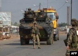 """在代号为""""红蝴蝶""""的行动中,法国军队在中非共和国首都班吉巡逻。(2013年12月25日)"""