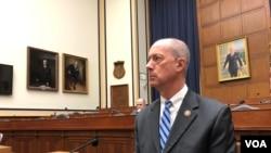 美国国会军事委员会共和党领导人索恩伯里(Mac Thornberry)2020年2月12日接受记者联访(美国之音黎堡摄)