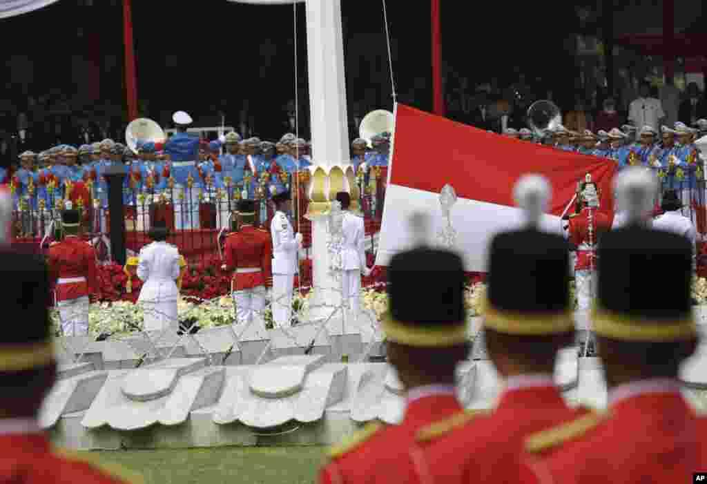 Anggota Paskibraka mengibarkan bendera merah-putih dalam upacara peringatan Hari Kemerdekaan ke-73 Republik Indonesia di Istana Merdeka di Jakarta, Jumat, 17 Agustus 2018. (Foto: AP)