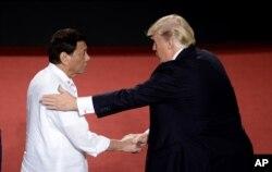 Predsednik Filipina, Rodrigo Duterte, levo, rukuje se sa predsednikom SAD Donaldom Trampom tokom ASEAN samita u Manili, Filipini, 13. novembra 2017.