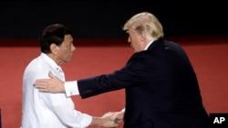 Filippin Prezidenti Rodrigo Duterte (chapda) Tramp bilan so'rashmoqda, Manila, Filippin, 13-noyabr, 2017-yil
