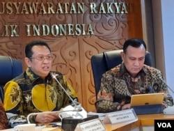 Ketua MPR Bambang Soesatyo (kiri) dan Ketua KPK Firli Bahuri (kanan) di gedung MPR/DPR, Jakarta, Selasa (14/1). (VOA/Fathiyah)