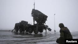 Quân đội Đức bên cạnh một giàn phi đạn Patriot trong một buổi diễn tập truyền thông owr Warbelow, 18/12/2012.