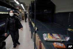 新冠疫情爆发初期香港一家超市被买空的大米货架。(2020年2月7日)