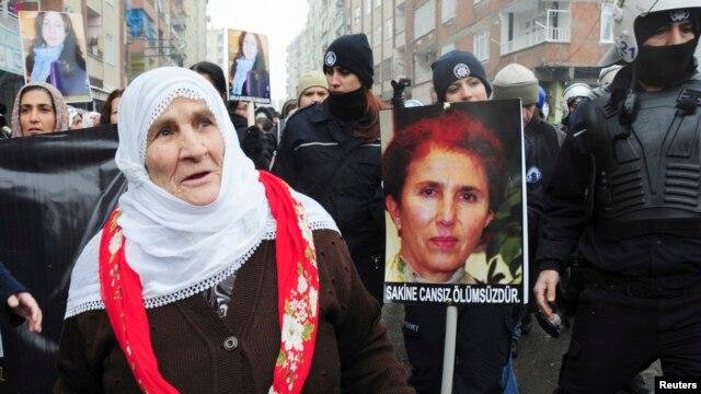 Warga Turki dari etnis Kurdi melakukan unjuk rasa di Diyarbakir, Turki tenggara untuk memprotes pembunuhan 3 aktivis Kurdi di Paris, Perancis (12/1).