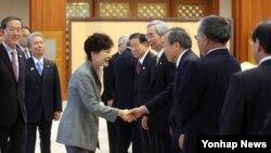 박근혜 한국 대통령이 1일 청와대에서 일본 경제단체연합회 대표단을 접견하고 있다. 왼쪽은 허창수 전경련 회장, 사카키바라 사다유키 경단련 회장.