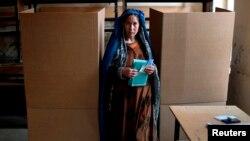 Seorang perempuan Afghanistan memberikan suaranya dalam pemilihan umum di sebuah TPS di Kabul (5/4). (Reuters/Ahmad Masood)