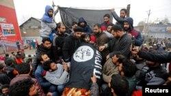 سیکیورٹی فورسز کے ساتھ جھڑپ میں ہلاک ہونے والے کشمیر مغیث میر کی میت داعش کے پرچم میں لپیٹی ہوئی ہے۔ 18 نومبر 2017