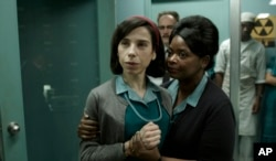 "ARCHIVO Foto cortesía de Fox Searchlight Pictures. Sally Hawkins, izq., y Octavia Spencer en una escena de ""The Shape of Water."""