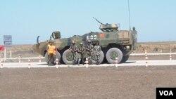 2015年参加在俄罗斯南部举行的军事比赛活动的中国和俄罗斯士兵。
