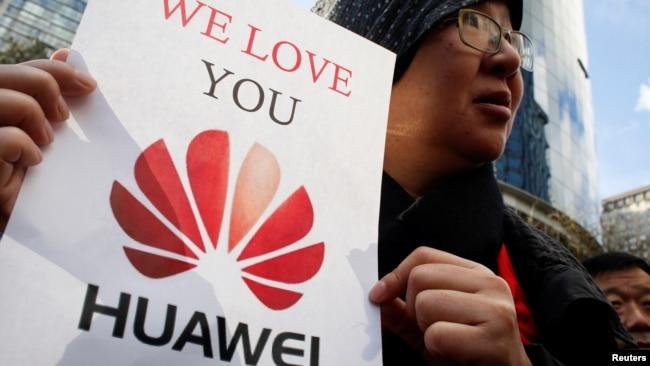 Một người Trung Quốc bày tỏ tình yêu đối với tập đoàn Huawei bên ngoài tòa án ở Canada.