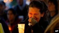 25일 미국 워싱턴주 알링턴에서 최근 산사태 희생자들을 추모하는 촛불집회가 열렸다.