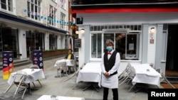 Після оголошеного у березні карантину ресторанам, кав'ярням і пабам в Англії дозволили знову працювати 4 липня, але з обмеженнями