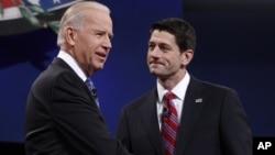 美国副总统拜登(左)和共和党副总统候选人瑞安众议员10月11日晚在肯塔基州举行辩论前