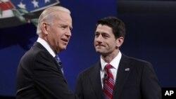 11일 미국 켄터키주에서 열린 부통령 후보 공개토론을 마친 민주당 조 바이든 부통령(왼쪽)과 공화당 폴 라이언 후보.
