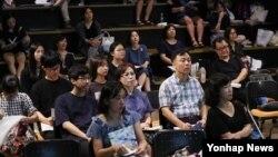 지난 8일 서울 중구 시민청에서 열린 서울시립대학교 입시카페 참가 수험생과 학부모들이 입학사정관 설명을 듣고 있다.