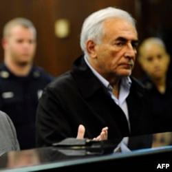 """Bivši izvršni direktor MMF-a Dominik Stros-Kan optužen je za napad na sobaricu u hotelu """"Sofitel"""" u Njujorku"""